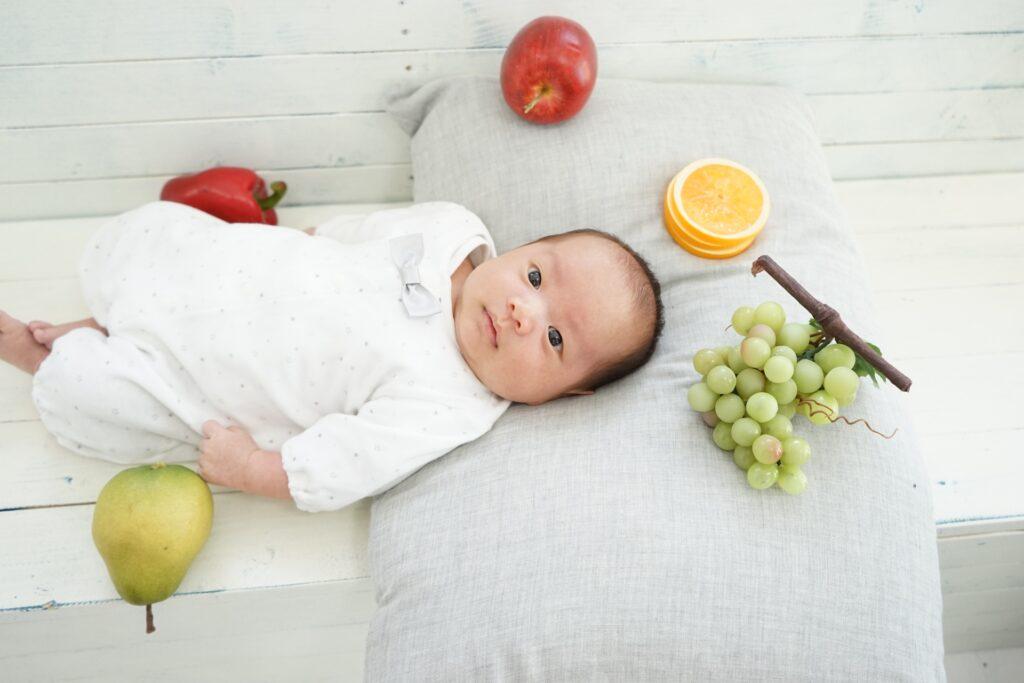 赤ちゃんとフルーツ