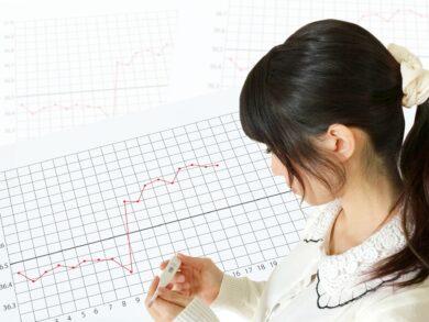 基礎体温表をつける女性