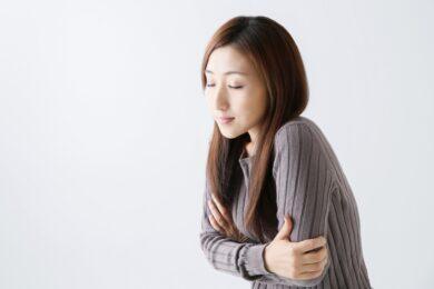 腕を組んで凍える女性