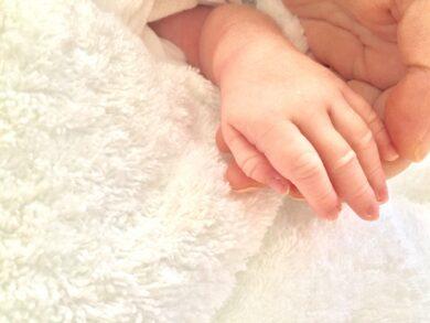 新生児とお母さんの手