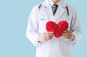 ハートを持つ男性医師