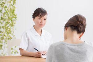 女性カウンセラーに相談する妊活中の女性