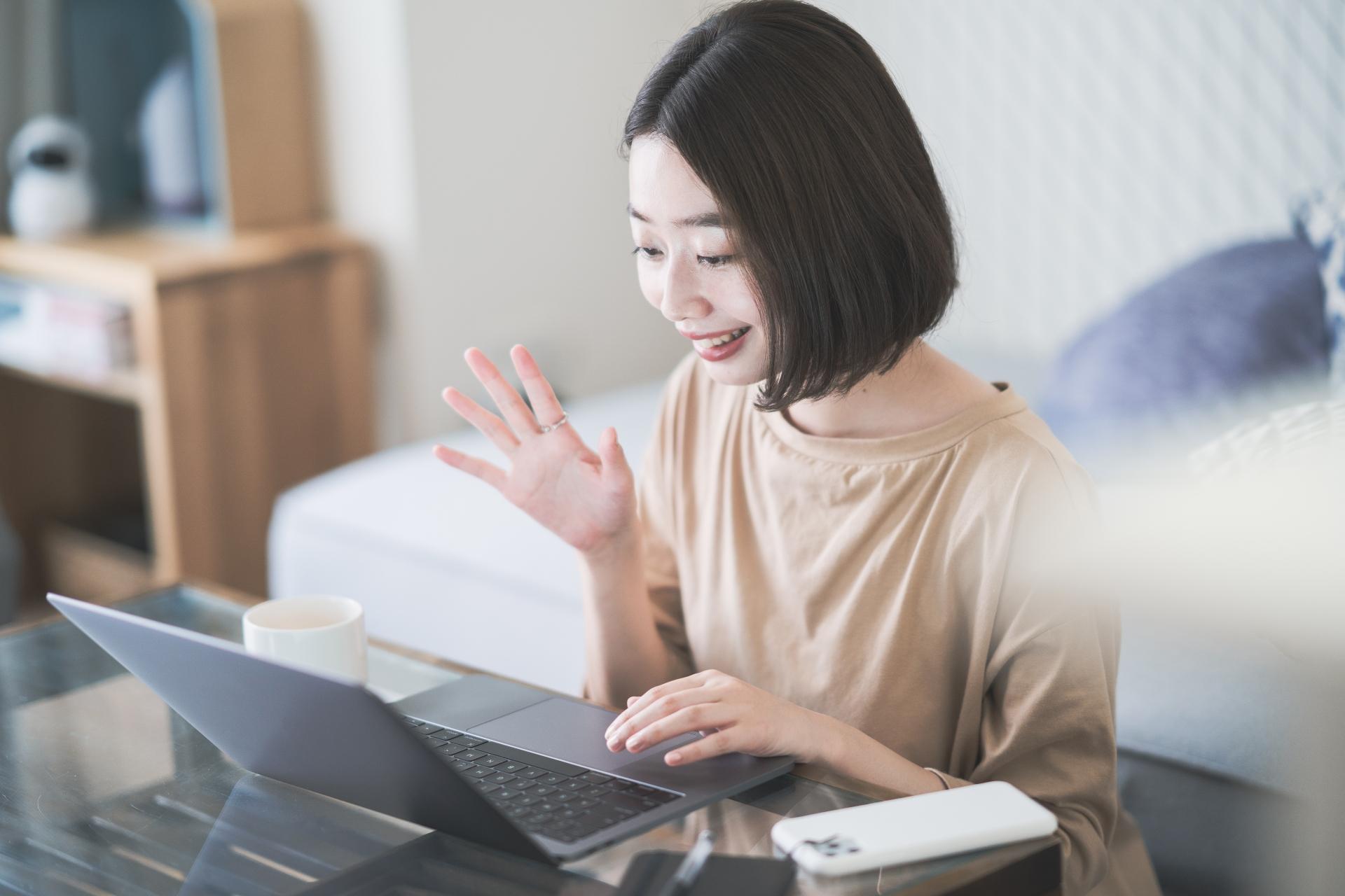 オンラインセミナーに参加する女性