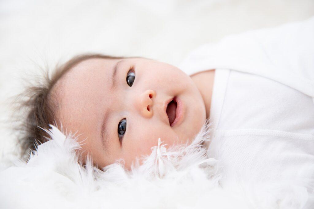 笑顔を見せる入生児