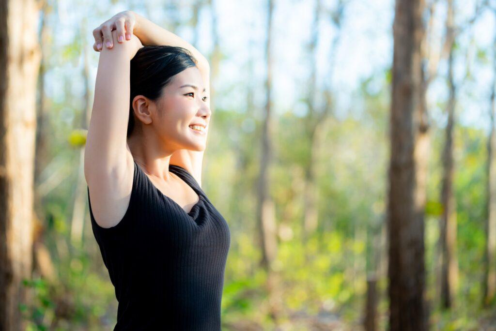女性の健康イメージ 森の背景