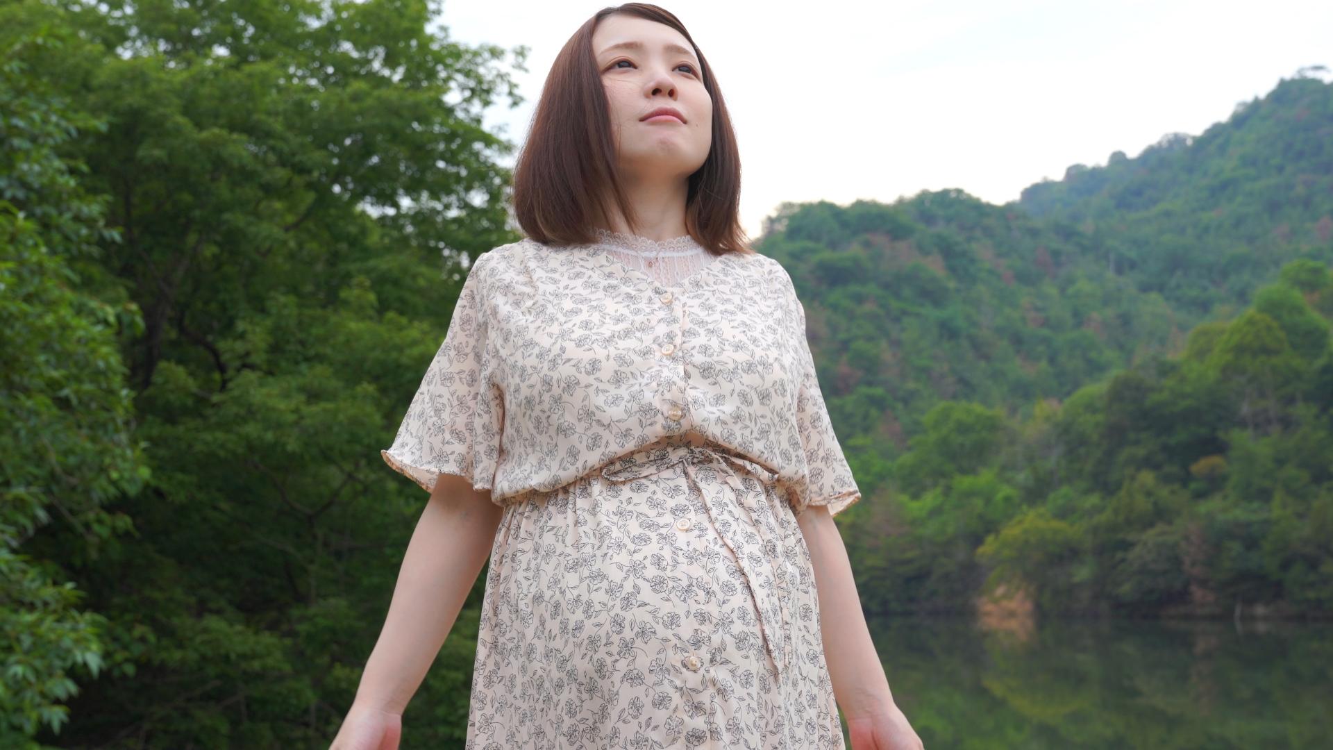 森の中で深呼吸している妊婦