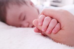 赤ちゃんの手を握る