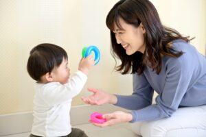 子供(男の子)と遊ぶ母親