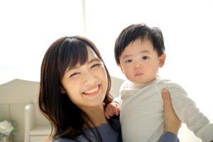 笑顔な母親と幼い子供