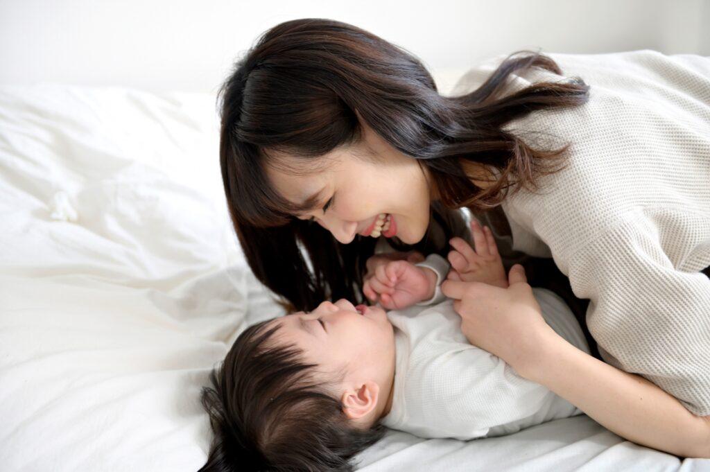 子供(赤ちゃん)とじゃれ合うお母さん