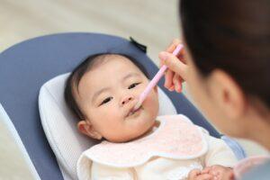 リビングで離乳食を食べさせてもらっている赤ちゃん