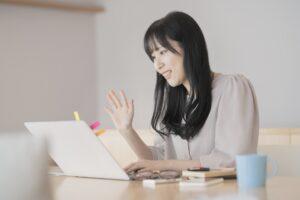 オンラインセミナーに参加する30代妊活中の女性