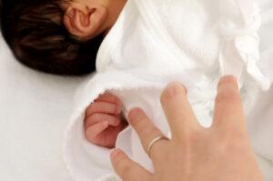 赤ちゃんの手を繋ごうとしている