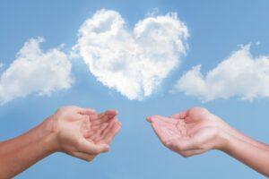 ハート型の雲と2人の救う手