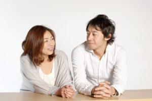 見つめ合う婚活中の夫婦