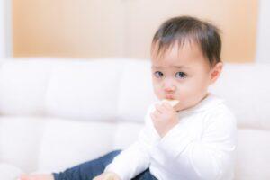 お菓子をあげたら泣き止んだ赤ちゃん