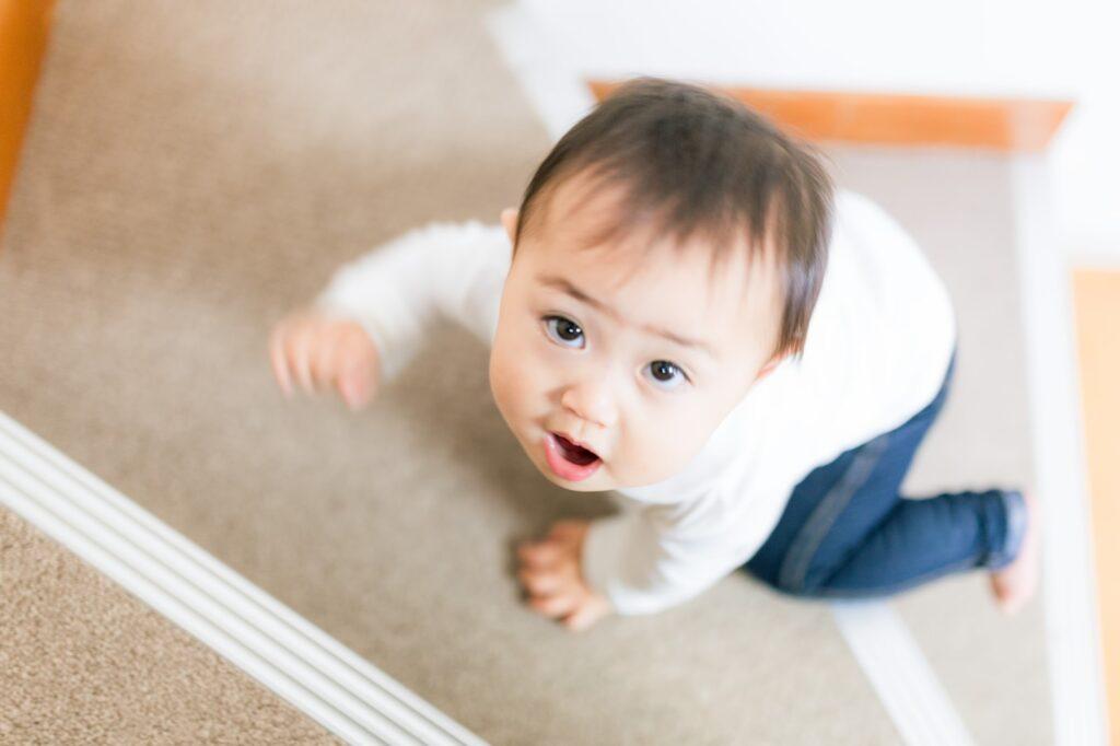 ハイハイで階段をのぼれるようになった赤ちゃん
