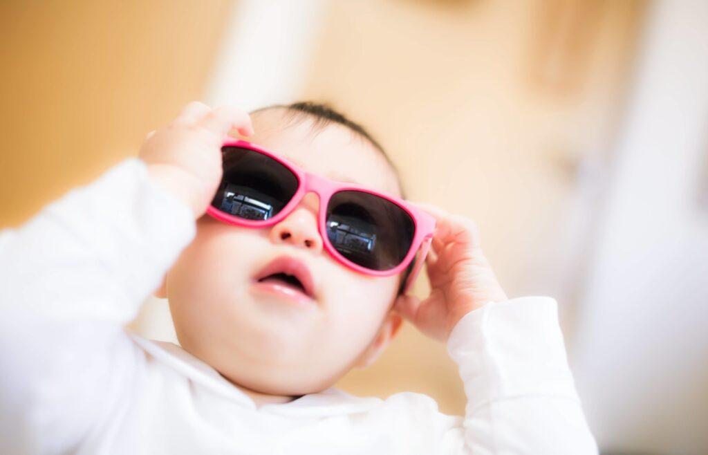 サングラスを掛ける赤ちゃん