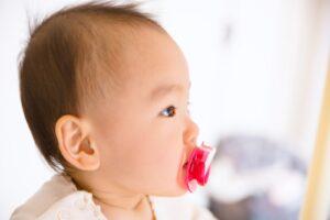 おしゃぶりする赤ちゃんの横顔
