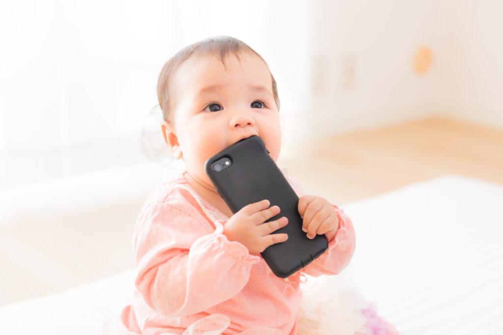 スマートフォンを口に入れてしまう赤ちゃん