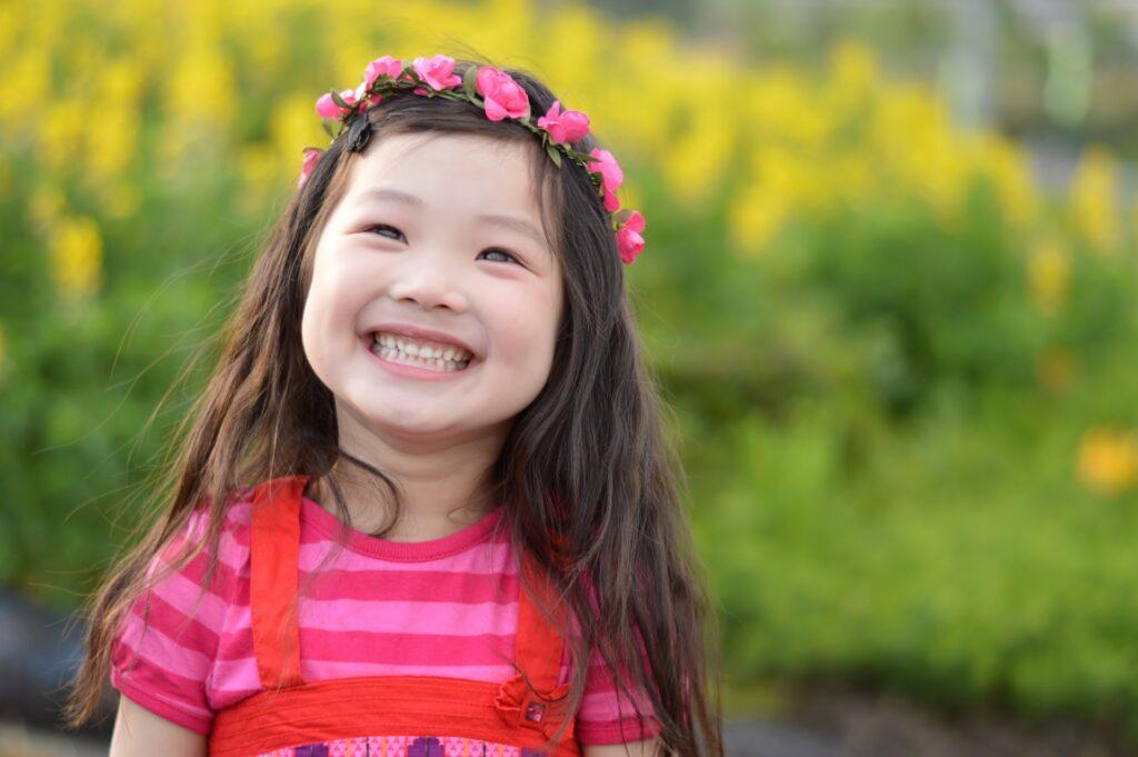 笑顔を見せる女の子