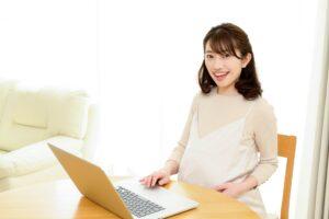 パソコンを操作す妊娠女性