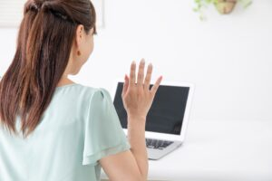 オンラインセミナーに参加する妊活中の女性