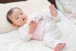 あ寝室のベッドで寝転がる赤ちゃん