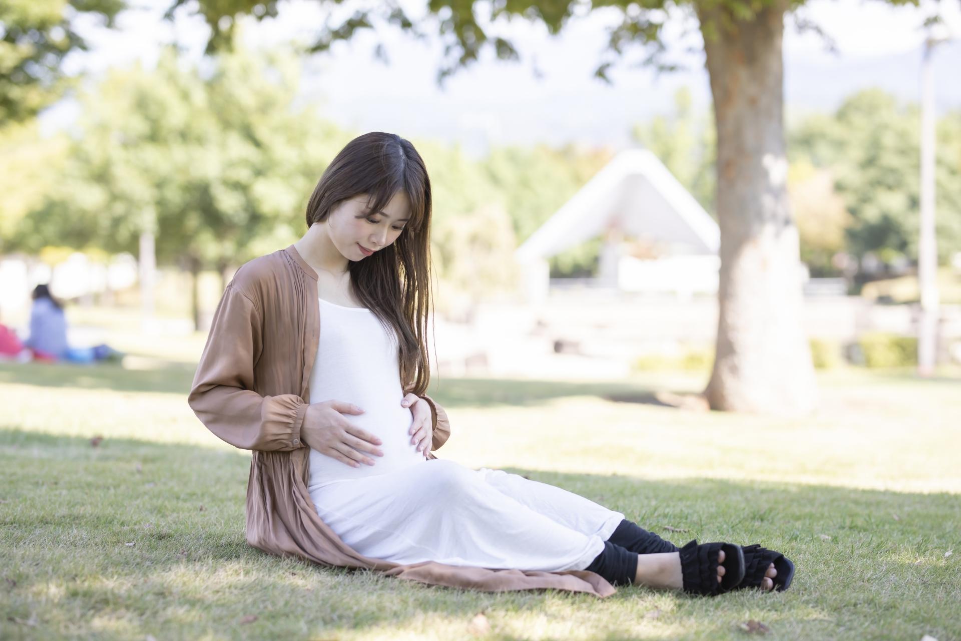 妊娠した女性がお腹に手を当てる