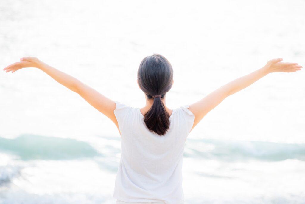 両手を上げて開放的な女性