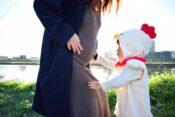 妊婦さんとコウノトリに扮した子供