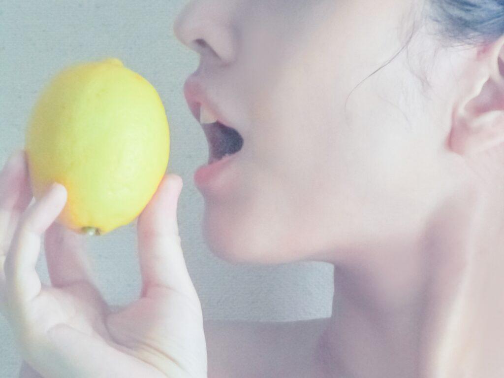 レモンを食べようとする女性