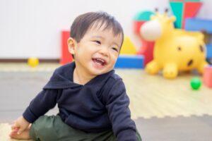 笑顔を見せる幼い男の子