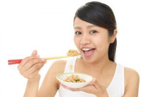 納豆を食べようとする女性